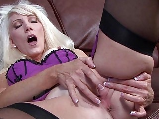 spruce milf floozy fingers her muff in expensive