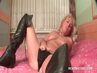 mature blonde tramp rubs her soaked pussy in