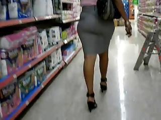 matura caminando in supermarket