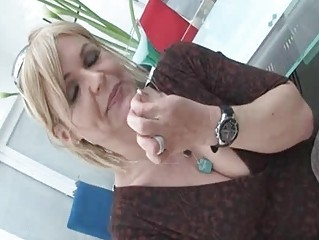 hawt mature wench kelly leigh strips hawt