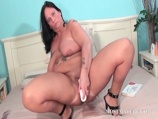 chesty older masturbates cunt in couch